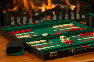 Backgammon apparaît en 3000 avant notre ère.